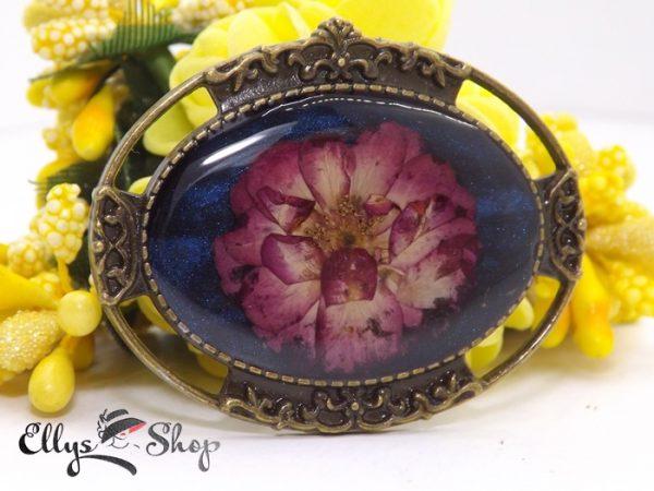 Brosa unicat flori naturale- trandafir in rasina fond albastru sidefat