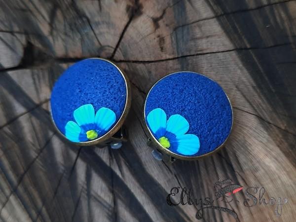 Cercei clips albastri lut polimeric si floare de nu ma uita detaliu 1