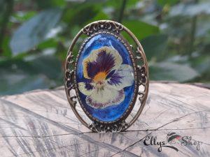 Brosa handmade flori naturale panseluta pe fond albastru si bleu