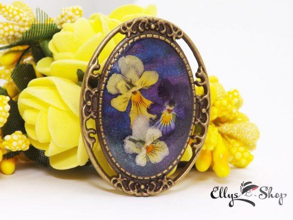 Brosa handmade unicat cu flori naturale mini panselute