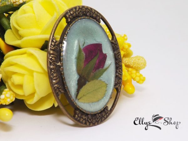 Brosa handmade unicat flori naturale boboc de trandafir cu frunza in rasina