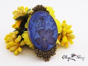 Brosa handmade unicat flori naturale de nu ma uita si floare albastra in rasina