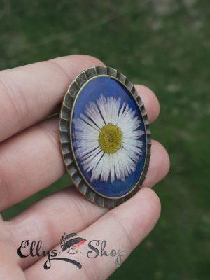 Brosa mare cu floare naturala bumbisor in rasina fundal sidefat albastru si mov