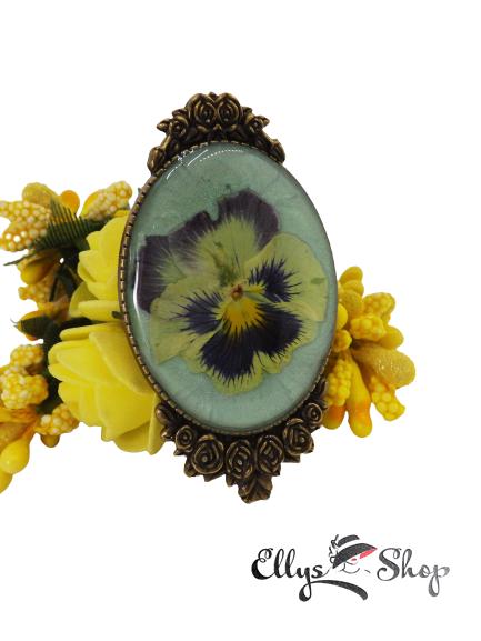 Brosa mare vintage cu flori naturale - panseluta in rasina epoxidica pe fond verde deschis
