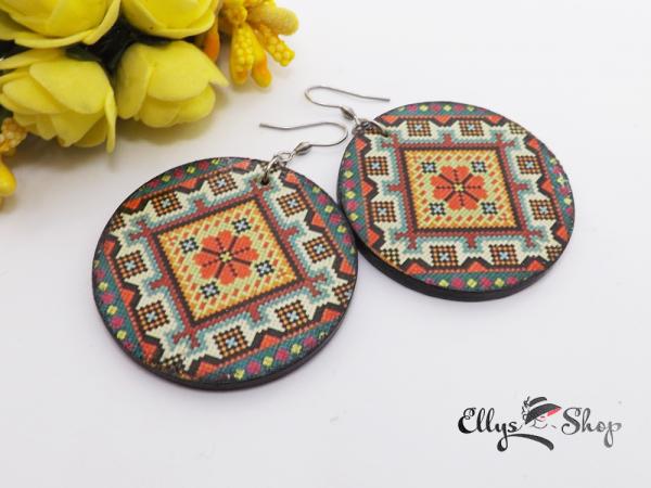 Cercei rotunzi din lemn decorati motiv traditional cu floare portocalie detaliu