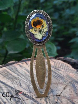 Semn de carte handmade metalic cu floare naturala panseluta galbena