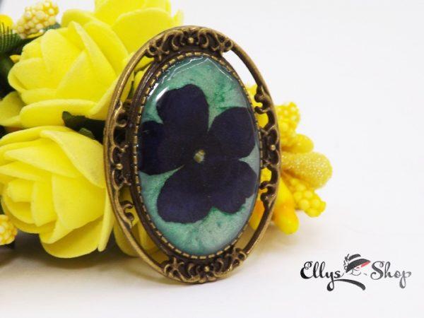 Brosa handmade cu floare naturala albastra in rasina