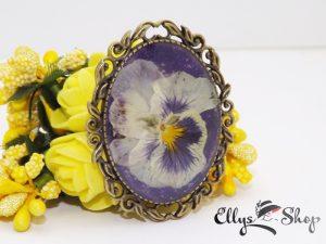 Brosa handmade unicat flori naturale panseluta pe fond mov
