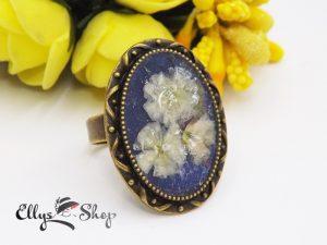 Inel handmade cu flori naturale albe in rasina
