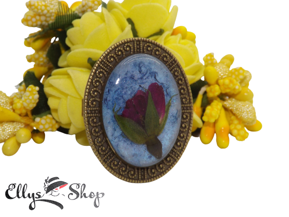 Inel handmade flori naturale boboc trandafir in rasina fond bleu