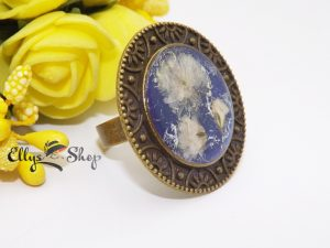 Inel vintage cu flori naturale albe pe fond albastru sidefat detaliu 1
